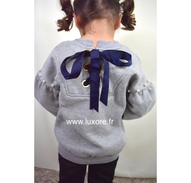 Pull gris avec gros noeud